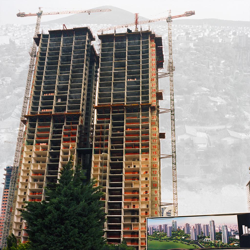 Atasehir (Istanbul), Turquie. Palimpseste façonné avec mon image de tours résidentielles en construction (2011). Ils sont les premiers de plusieurs que proposera le programme illustré sur le panneau en bas à droite. En 2014, il y a autant de tours mais moins d'espaces verts que dans l'image idéalisée de cet ensemble destiné à une classe aisée. L'image en N&B, prise au début des années 2000 montre un quartier résidentiel composé de maisons individuelles (archives personnelles de Monsieur Zeki Kar). La verticalité remplace l'horizontalité du tissu urbain traditionnel, un phénomène récurrent dans les villes qui se modernisent en adoptant des modèles globalisés. ............................... Atasehir (Istanbul), Turkey. Palimpsest fashioned from my image of residential towers under construction (2011). These towers are the first two of many in an upper-end program depicted in the billboard in the lower right. In 2014, the finished program had the right number of towers but much less green space than in the idealized rendition. The older picture from the early 2000s (courtesy Mr. Zeki Kar) shows a residential district of single family homes. In modernizing cities, verticality replaces the horizontality of tradition urban tissue.