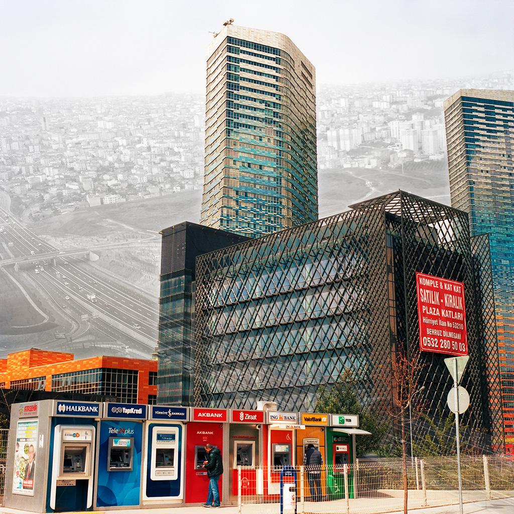 Atasehir (Istanbul), Turquie. Palimpseste façonné avec mon image de la partie du quartier Atasehir Ouest dans le voisinage de la nouvelle Mairie (2014). L'image en N&B, prise au début des années 2000 (archives personnelles de Monsieur Zeki Kar) montre l'autoroute Istanbul-Ankara, la ville d'Atasehir à l'arrière-plan et les terrains vides qui les entourent. Atasehir Ouest surgit sur ces terrains. Lorsque l'autoroute reliant Istanbul et Ankara a été terminée dans les années 1990, l'étalement urbain d'Atasehir s'est intensifié en même temps que la spéculation immobilière.