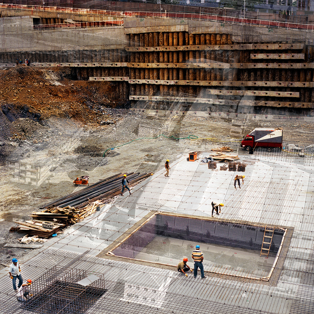 Maslak (Istanbul), Turquie. Palimpseste façonné avec mon image du début du chantier du '42 Maslak' (2011). Ce programme luxueux, combinant appartements haut de gamme, bureaux, hôtel cinq étoiles et boutiques, est construit sur l'assise foncière d'une ancienne bonneterie. L'image en N&B de la fin des années 1990 est une vue aérienne de la bonneterie et ses alentours (archives de ICS Group). Très peu densifiée encore dans les années 1990 - c'est-à-dire, hier - cette même zone est maintenant couverte de tours modernes. Eloignée du cœur bruyant, congestionné et pollué d'Istanbul, Maslak attire individus et familles au fort pouvoir d'achat.