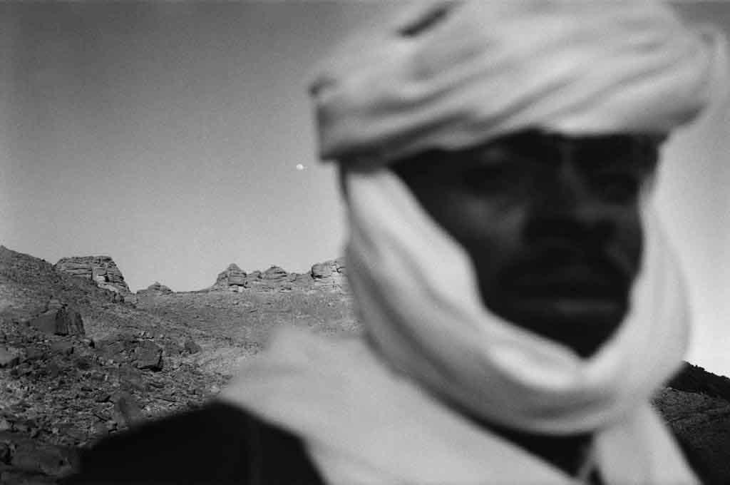 Mohammed, jeune homme de 27 ans, vit à Djanet. Il revient souvent dans le campement semi-nomade de six tentes où habite encore sa mère. Oued Elt, Sahara algérien, 1997