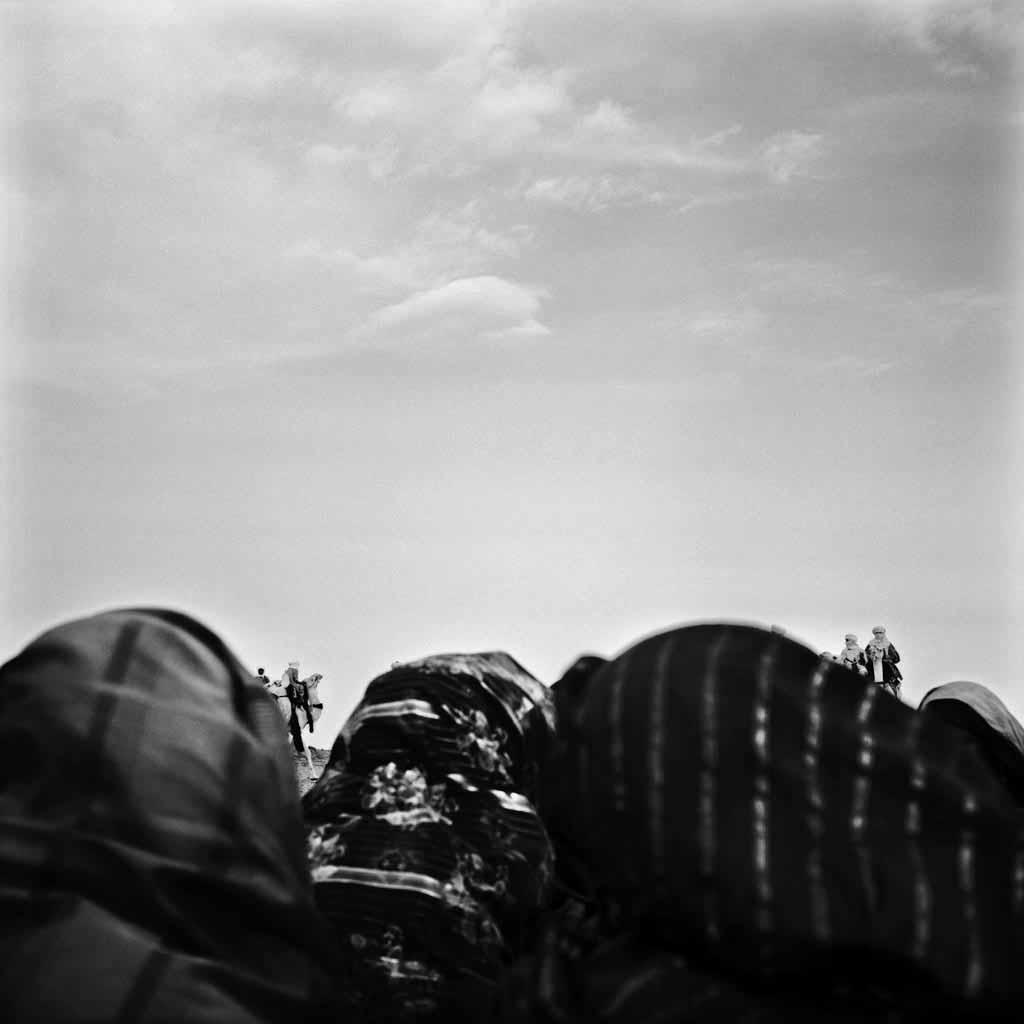 Une fête dans le désert dans les environs de Tamanrasset. Pendant cette fête, le Tinde, les femmes chantent et joue des percussions, et les hommes paradent sur leurs plus beaux chameaux. Cette fête est l'occasion de répérer sa future femme ou son futur mari. Tassili du Hoggar, 1993