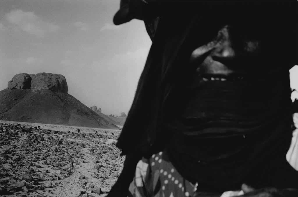 Galea habite un campement semi-nomade dans l'Oued Elt. Dans ce campement, il n'y a que des femmes et leurs enfants. Leurs hommes habitent à Djanet où ils trouvent du travail. Ils viennent toutes les semaines ou toutes les deux semaines passer le weekend avec leur famille. Sahara algérien, 1997