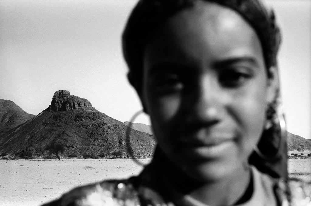 Sekiwa, belle adolescente d'environ 15 ans, vit dans un campement semi-nomade avec sa mère, son frère Sidi, et un frère qui vient de naître. Elle n'a jamais été scolarisée. Son père travaille à Djanet et ne revient qu'une ou deux fois par mois.
