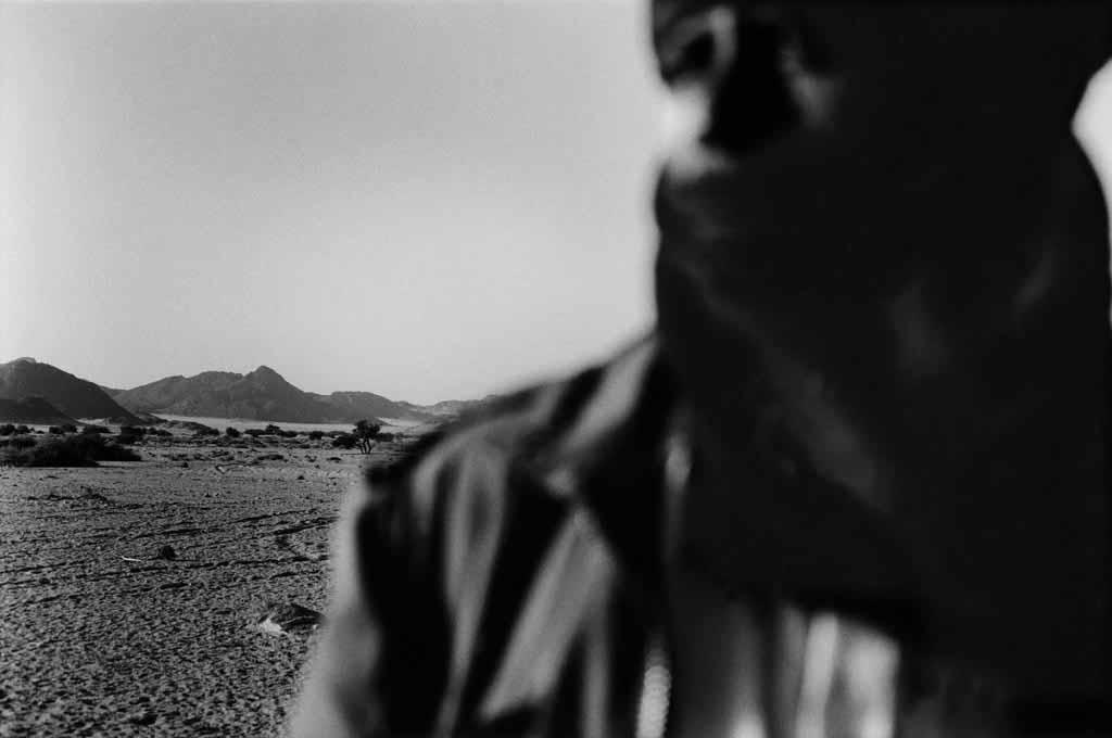 Ibrahimi a abandonné la vie dans le désert pour une vie sédentaire à Djanet. Il revient souvent dans l'Oued Essendilène pour rendre visite à des amis dans les divers campements épars. Sahara algérien, 1997
