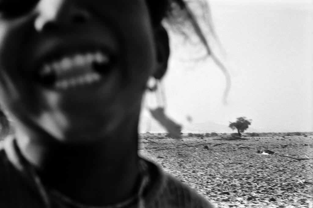Tabelat a cinq ans. Elle vit avec ses grands-parents et sa tante dans un campement semi-nomade de deux tentes dans l'Oued Essendilène. Sa mère, qui habite Djanet, l'a eue sans être mariée. C'est la raison pour laquelle la petite Tabelat est au désert. Sahara algérien, 1997