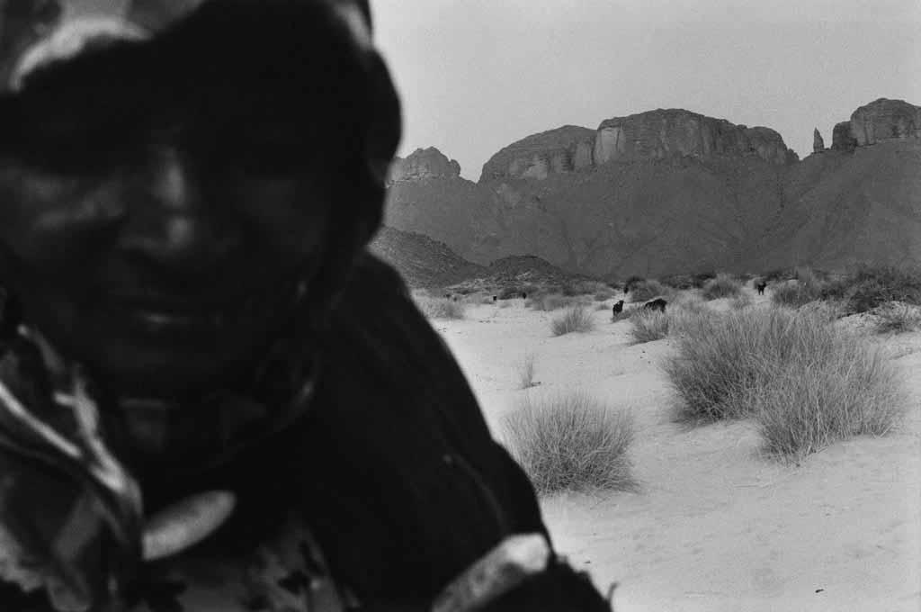 Leta est une veuve Touarègue qui ne connaît que la vie des campements. Semi-nomade maintenant, elle habite avec sa fille handicapée mentale dans l'Oued Elt. Son campement comporte six huttes en roseaux où ne vivent que des femmes et leurs enfants puisque les maris sont tous à Djanet pour le travaille.  Son fils aussi  habite Djanet et revient régulièrement la voir. Sahara algérien, 1997