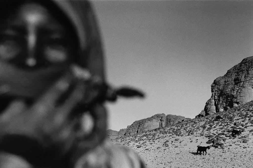 Leta habite un campement semi-nomade dans l'Oued Elt. Elle est mariée et a deux enfants. Son mari travaille à Djanet et ne revient au campement que le weekend, et encore, pas tous les weekends.  Dans son campement, il n'y a que des femmes et leurs enfants. . Sahara algérien, 1997