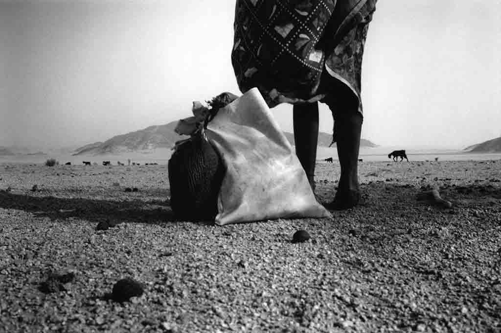 Alors qu'elle accompagne les chèvres des familles du campement dans leur tour quotidien des pâturages, Galea s'arrête pour faire la prière. Oued Elt, Tassili n'Ajjers, avril 1997