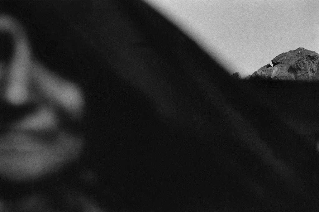 Hawa n'a pas d'âge.Cette vieille Touarègue n'a jamais vécu ailleurs que dans le désert, passant d'une vie nomade à une vie semi-nomade. Elle vit avec son deuxième mari dans un campement de deux tentes dans l'Oued Essendilène, Sahara algérien, 1997