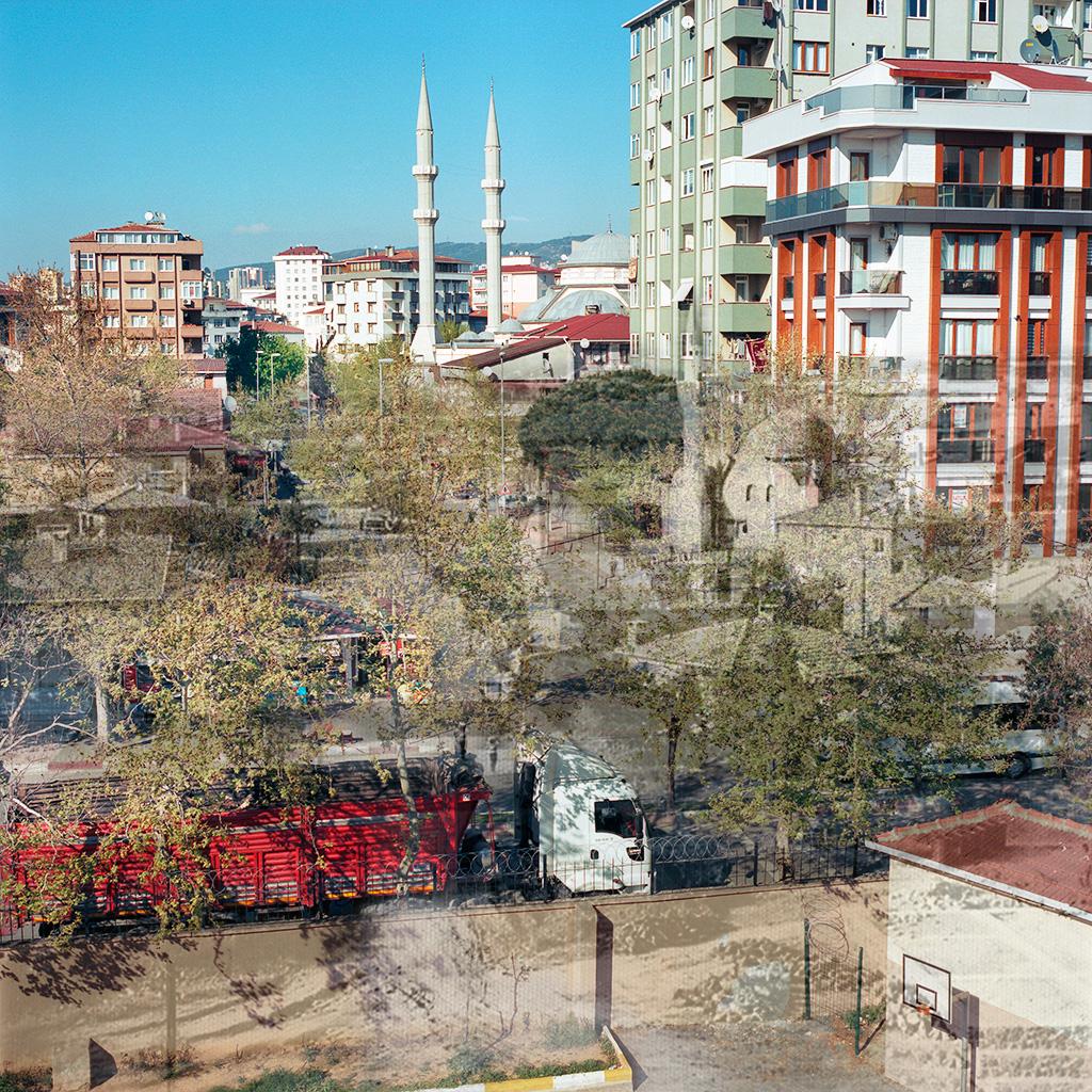 Kartal (Istanbul), Turquie. Palimpseste façonné à partir de mon image du quartier de Cavusoglu (2014) et d'une photo N&B du même quartier dans les années 1960 (archives de la Mairie de Kartal). La ville a rattrapé ce quartier que la densification urbaine a transformé de fond en comble. Les quelques maisons individuelles et chemins en terre existant dans les années '60 ont cédé la place à des immeubles et des rues goudronnées. La mosquée humble en pierre, devenue trop petite pour le quartier, a été rasée et une nouvelle mosquée, plus grande et plus lisse, a pris sa place.