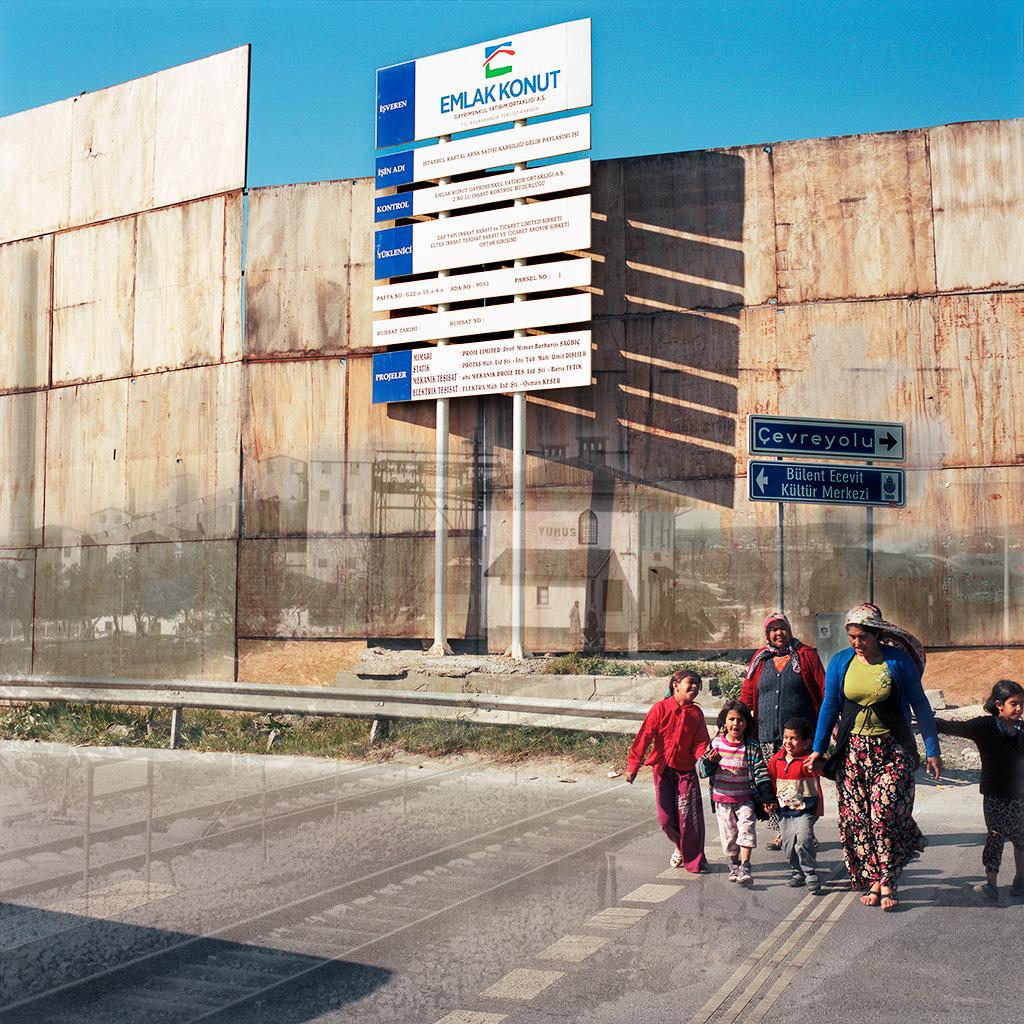 Kartal (Istanbul), Turquie. Palimpseste façonné avec mon image d'une palissade en bois cachant un chantier (2014). La photo N&B des années 1960 montre la fabrique de ciment Yunus et sa gare ferroviaire (archives de la Mairie de Kartal). La société Emlak Konut développe un imposant programme immobilier sur l'assise foncière de la fabrique, aujourd'hui démolie avec sa gare.  ............................. Palimpsest fashioned from my image of the wooden palisade encompassing a construction site (2014). The B&W picture from the 1960s (courtesy Kartal Mayor's Office) shows the Yunus ciment factory and its railroad station. The Emlak Konut Company is developing a real-estate project on the land occupied formerly by the factory, now closed and demolished, along with the railroad station.