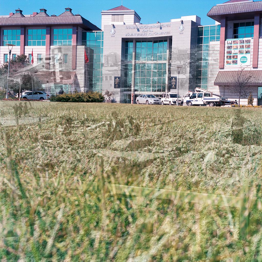 Kartal (Istanbul), Turquie. Palimpseste façonné avec mon image des bâtiments récents le long de l'avenue Caddebostan (2014). L'élargissement de Caddebostan pour en faire une sorte de boulevard périphérique, ainsi que la densification des constructions le long de cette voie, ont été rendu possibles lorsque la Mairie a entrepris des travaux pour faire reculer la Mer de Marmara, créant ainsi une large zone nouvelle entre la ville et la mer. L'image N&B des années 1960 (archives de la Mairie de Kartal) montre des ouvriers occupés à des travaux de terrassement pour aménager - déjà - la route qui longeait alors la Mer de Marmara. Située sur la rive asiatique d'Istanbul, Kartal a entrepris ces dernières années de nombreux travaux de développement urbain et d'infrastructure routière afin de devenir une ville « moderne ». ..................................... Kartal (Istanbul), Turkey. Palimpsest fashioned from my image of buildings along the Caddebostan thoroughfare. Urban development and enlargement of Caddebostan into a sort of beltway occurred on space created by the Kartal municipality when it pushed the Marmara Sea further out, filling and extending the land between the edge of the town and the sea. The B&W picture from the 1970s (courtesy the Kartal Mayor's Office) shows men doing earthwork along one of the roads beside the Marmara near Caddebostan.