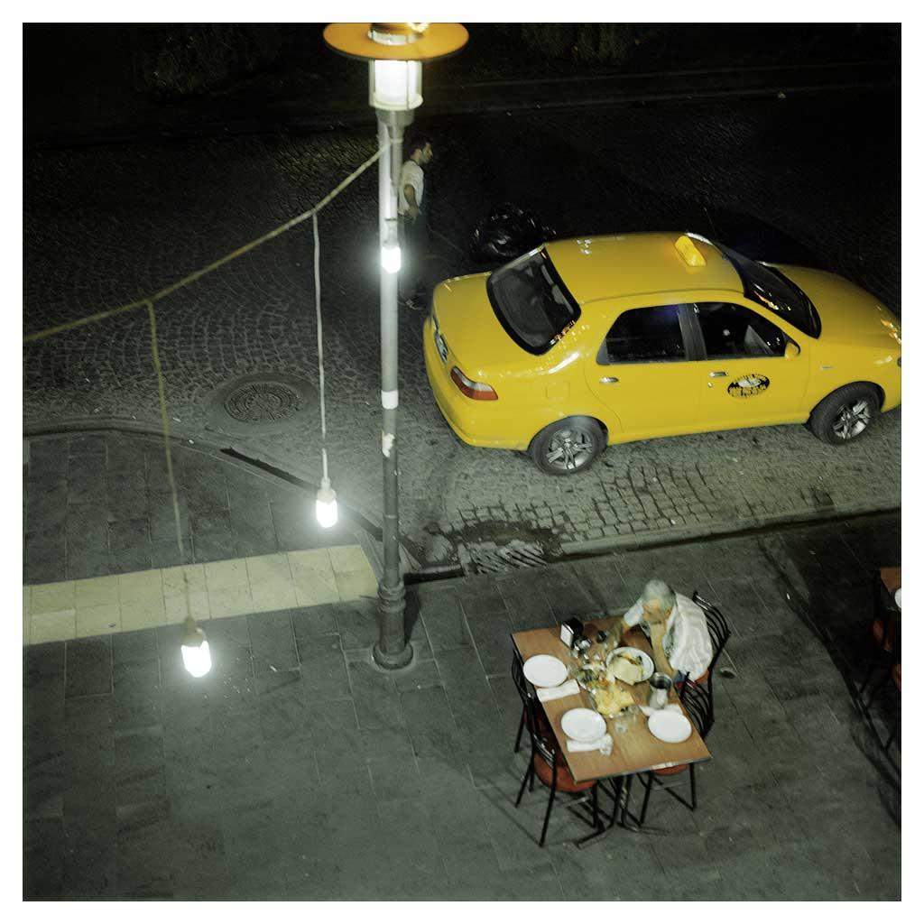 Un homme qui dîne seul sur un trottoir de Gazi Caddesi, l'avenue principale de Diyarbakir intra-muros. Septembre 2010.  A man dining alone on Gazi Caddesi, the main avenue inside the walled part of Diyarbakir.