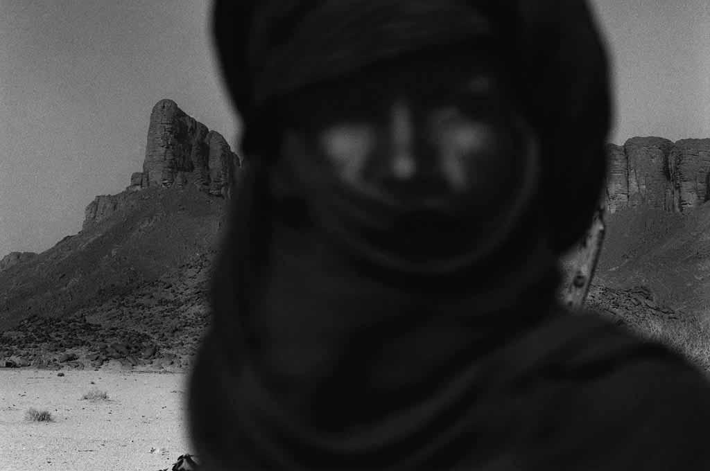 Sarmi a un âge indéfinissable. Il n'a jamais vécu ailleurs que dans le désert, passant d'une vie nomade à une vie semi-nomade. Oued Essendilène, Sahara algérien, 1997