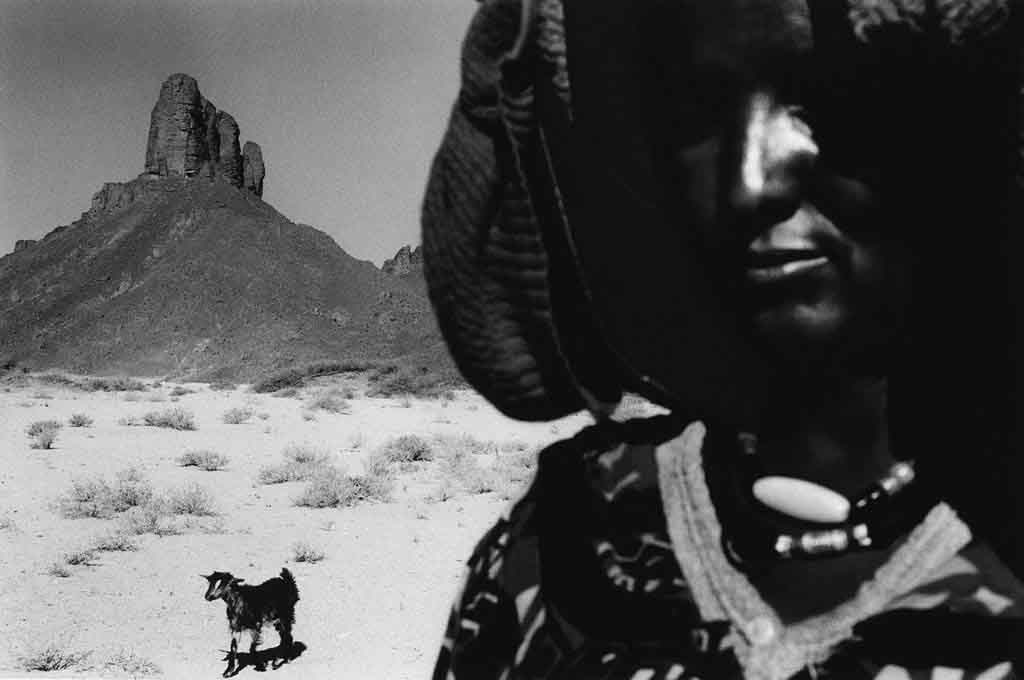 Zahra, environ 40 ans, était obligée de revenir au campement vivre avec sa mère Hawa et son beau-père Sarmi après son divorce. La vie moins rude, moins solitaire, de Djanet, ville-oasis où elle habitait avant le divorce, lui manque. Elle s'ennuie. Sahara algérien, 1997
