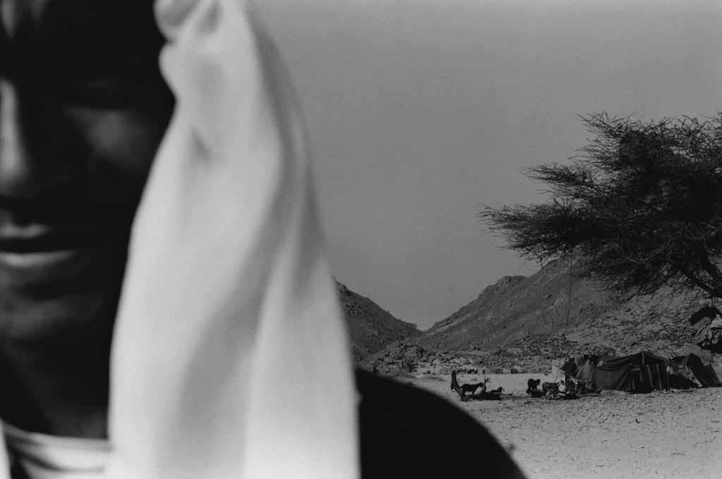 """Abeka vit à Djanet où il travaille pour une agence de voyages proposant des randonnées dans le désert. Sédantarisé, il revient fréquemment dans l'Oued Essendilène où, comme tous les Touaregs """"de la ville"""", il a encore de la famille et des amis. Sahara algérien, 1997"""