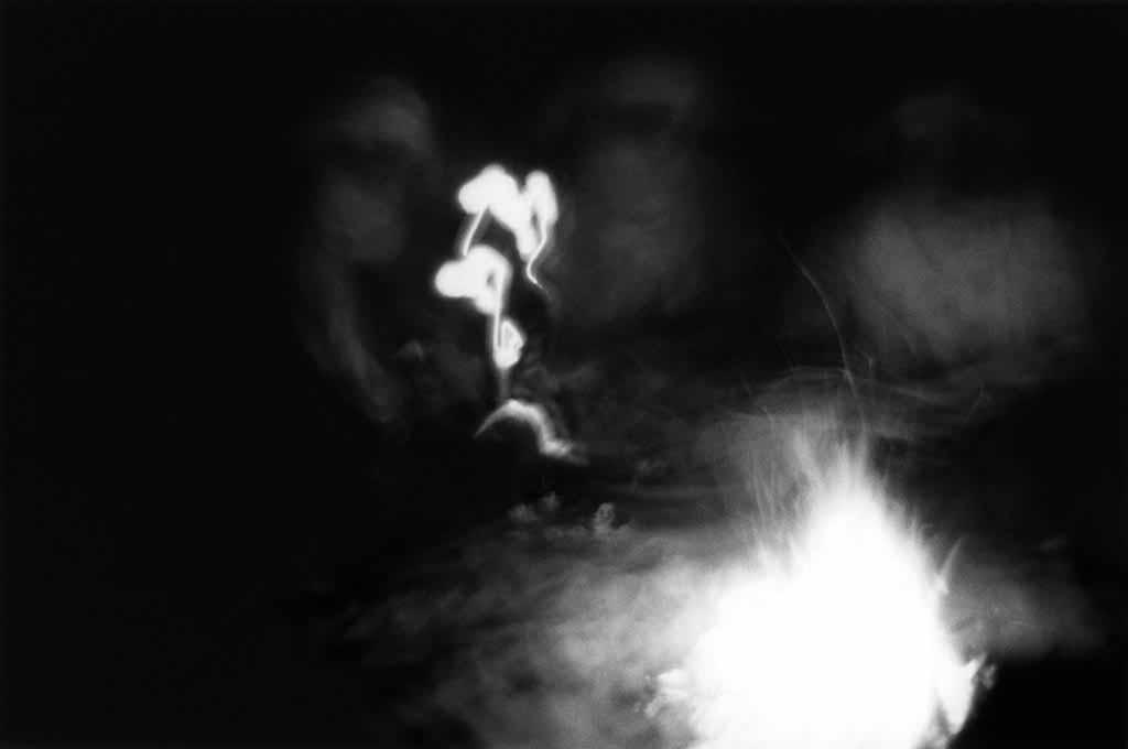Trois Touaregs autour de leur feu une nuit dans l'Oued Essendilène. Tassili n'Ajjers, Sahara algérien, 1997